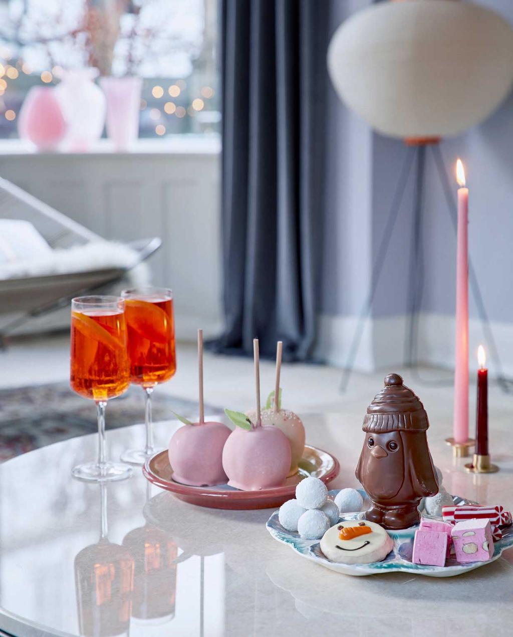 vtwonen 12-2020 BK special | binnenkijken in een kersthuis met salontafel met lekkers