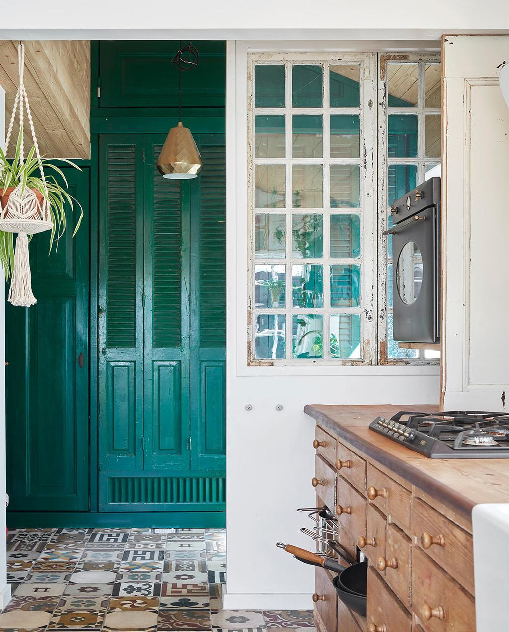 vtwonen special zomerhuizen 07-2021 | groene deur bij de keuken met bijzondere vloertegels