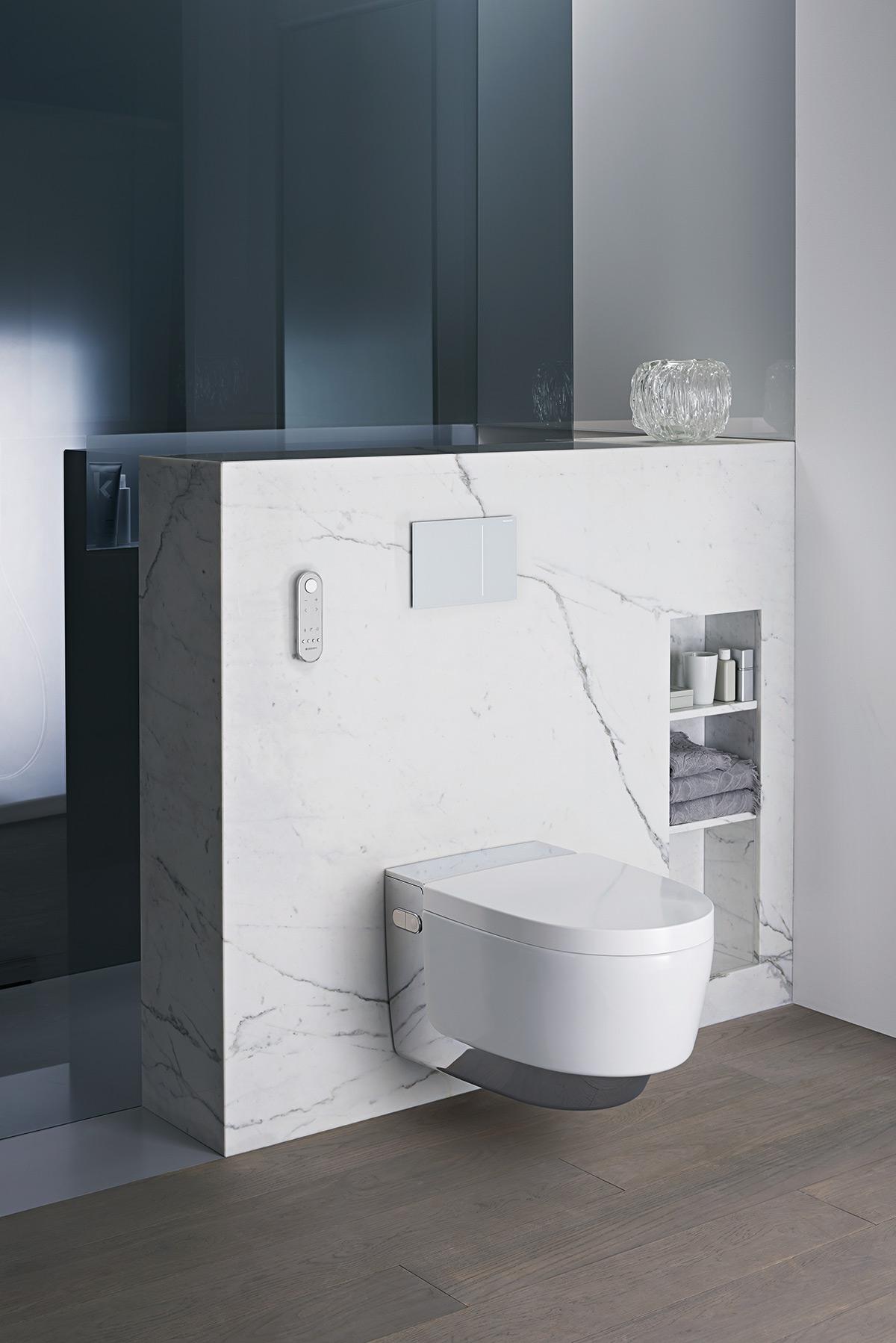 Geberit toilet tegen witmarmeren achterwand