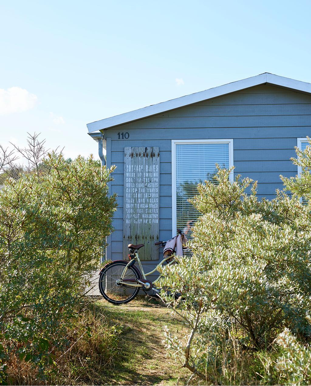 vtwonen zomerboek 2020 | binnenkijken Egmond strandhuisje met fiets