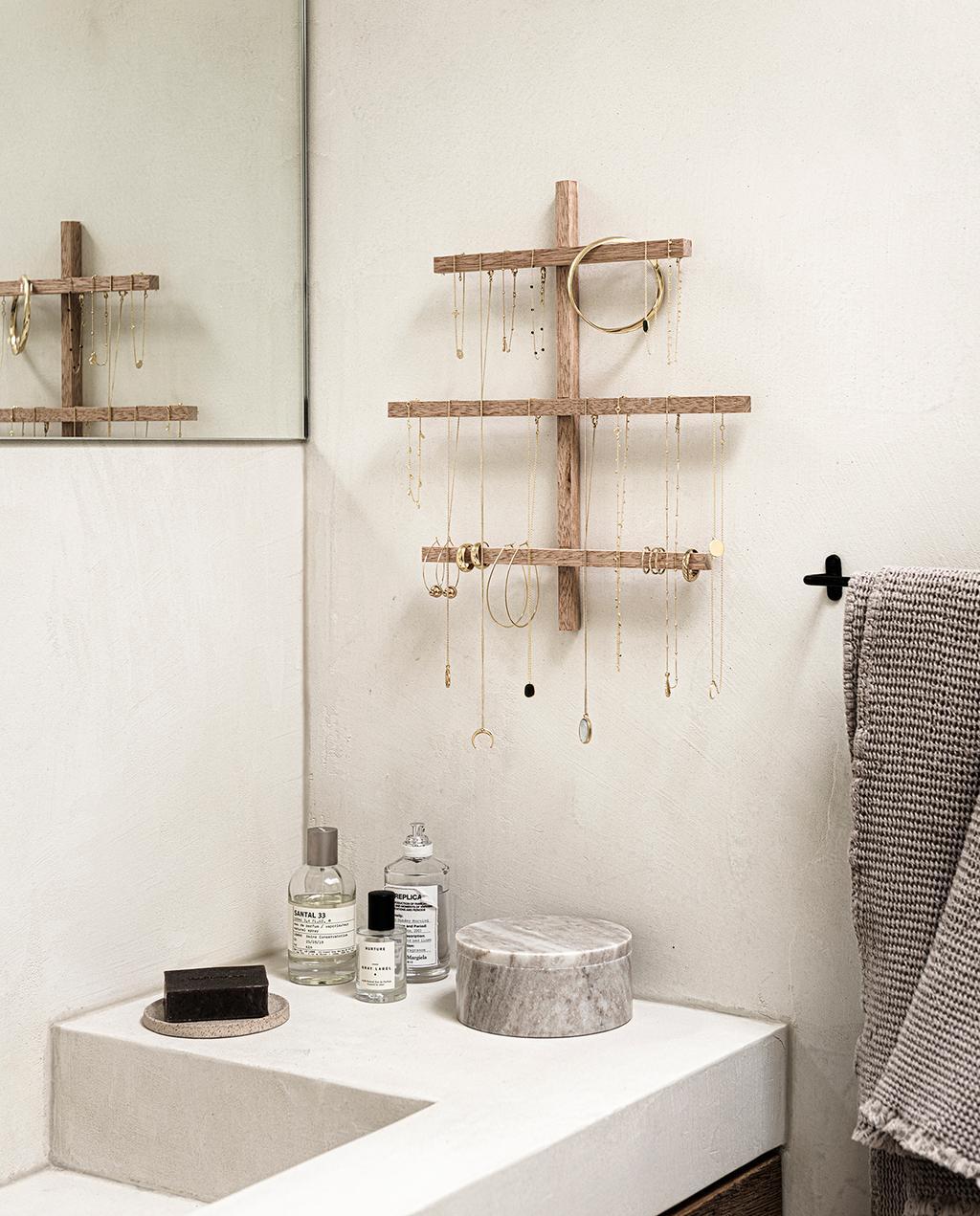 vtwonen 2020 DIY special 01   sieradenopbergers gedecoreerde badkamer