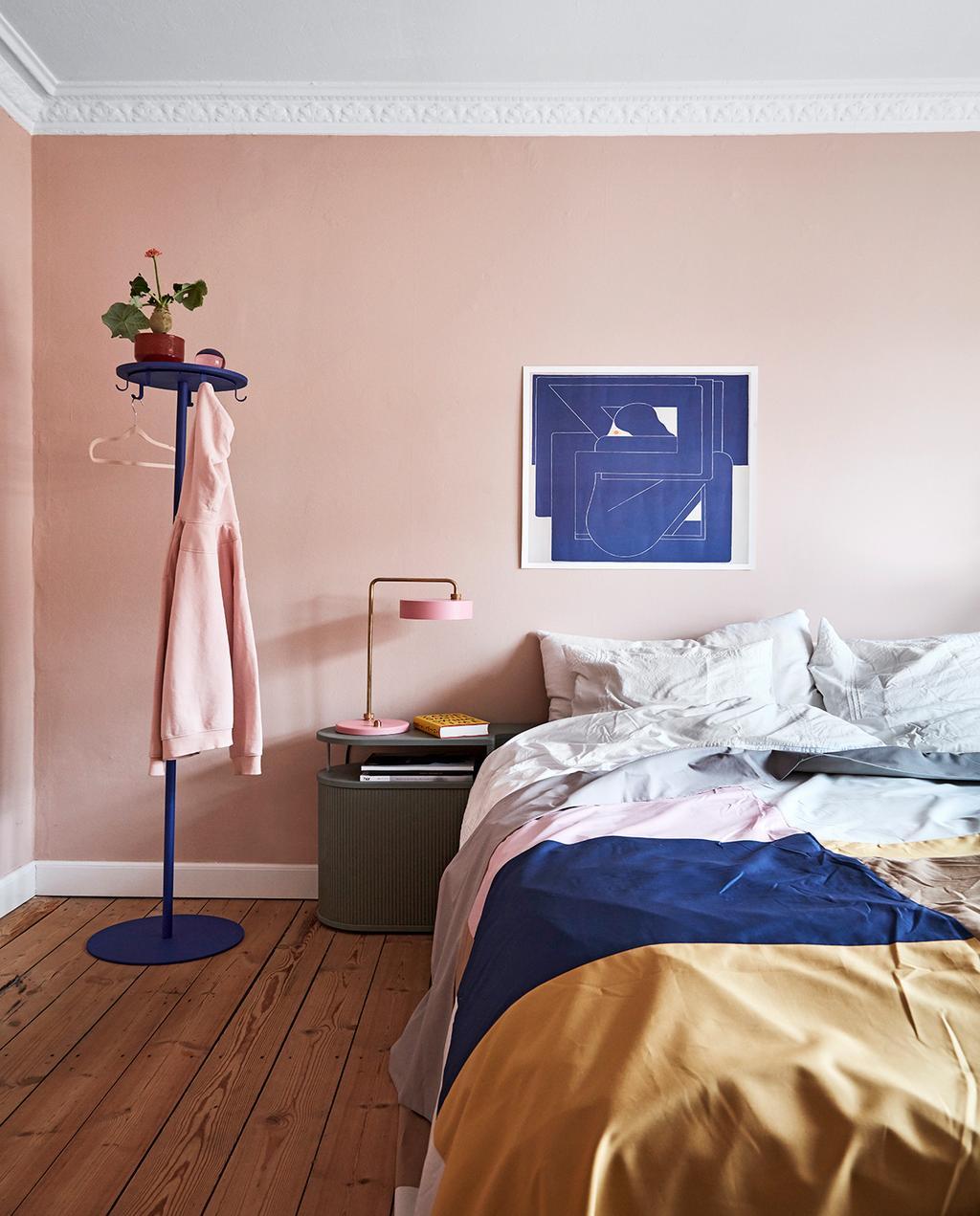 vtwonen 02-2021 | slaapkamer met kleurrijk interieur bed met roze wand en roze vest