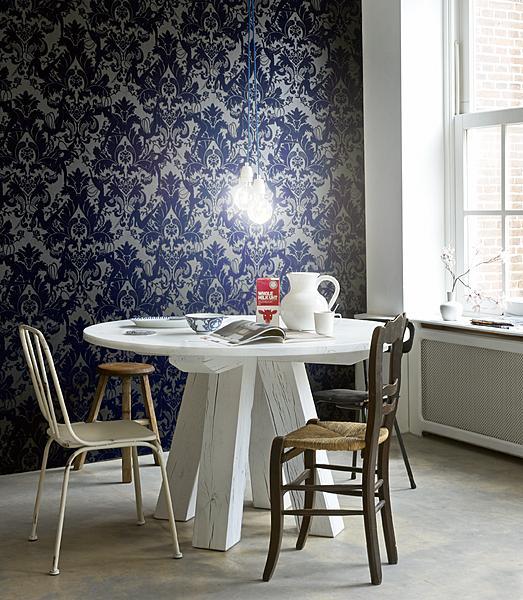 klassiek behang met witte tafel