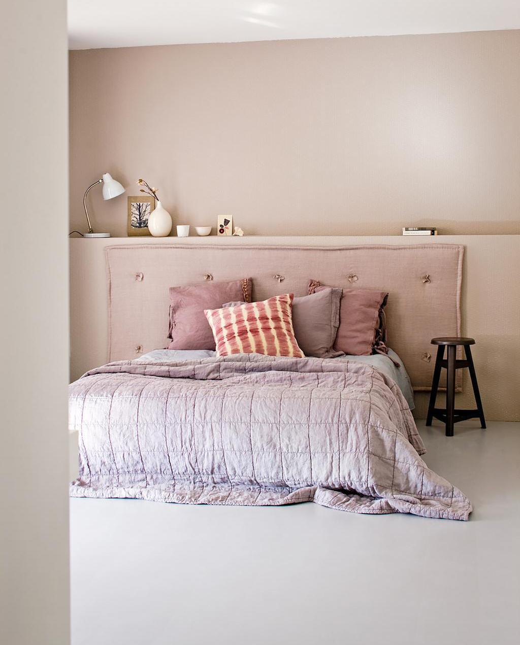 vtwonen magalogue maart 2012   roze slaapkamer met roze hoofdbord