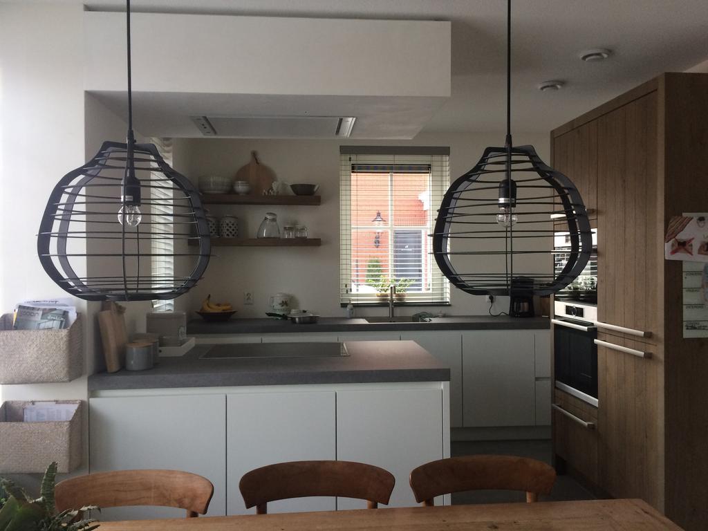 greeploze-keuken-van-tulpkeukens-in-hoogglans-wit-gecombineerd-met-een-stoere-houten-apparatenkast-van-hetzelfde-hout-verzonken-planken-aan-de-muur-gemaakt-en-het-stoere-keukenblad-ceramistone-concretto-van-kemie-maakt-het-geheel-af-om-eenheid-te-creeren-hebben-we-de-dikte-van-het-keukenblad-gelijk-gehouden-aan-de-zijwanden-van-de-apparatenkast-beide-6-cm