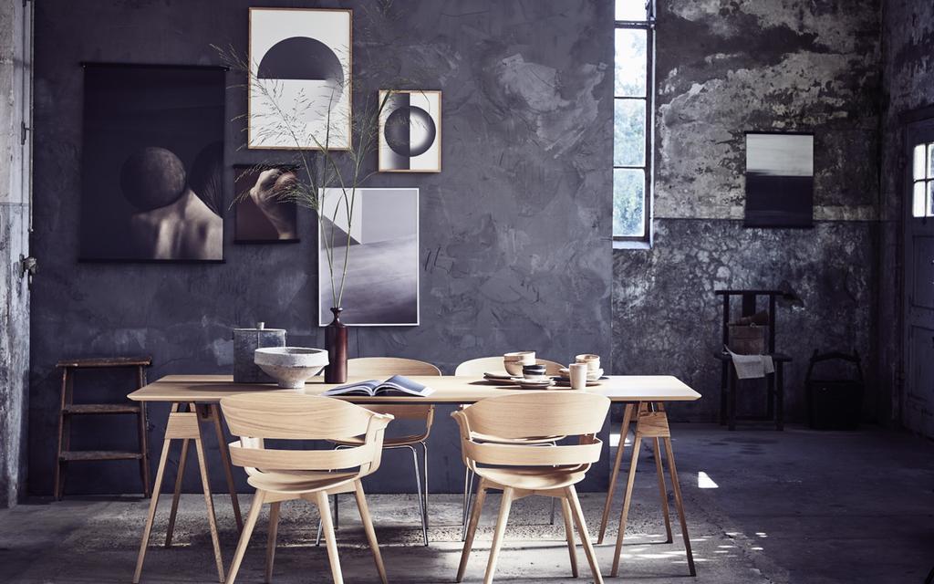 Muur kunst voor verzamelaars in blauwe, neutrale kleuren boven de eettafel.