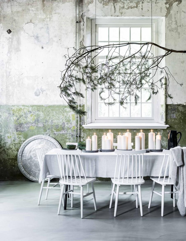 table à manger avec bougies blanches