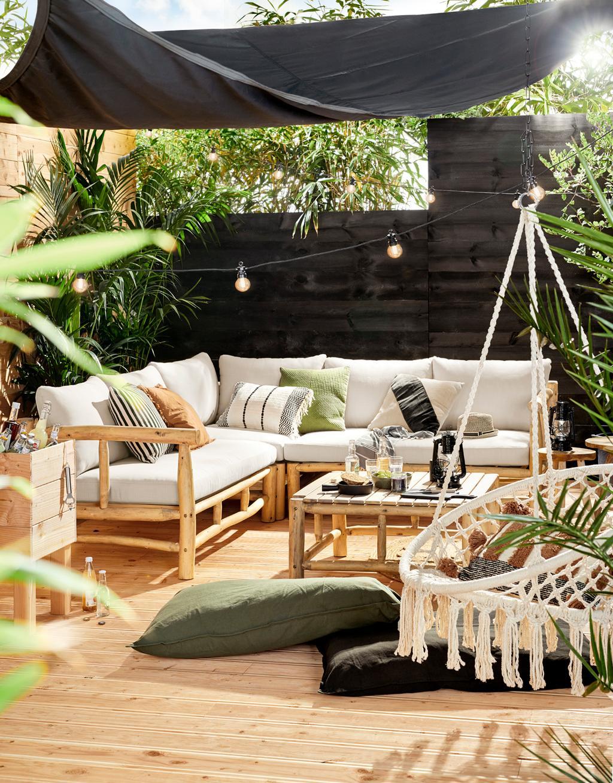 Een tuin met loungeset waarin zwarte accenten voorkomen...