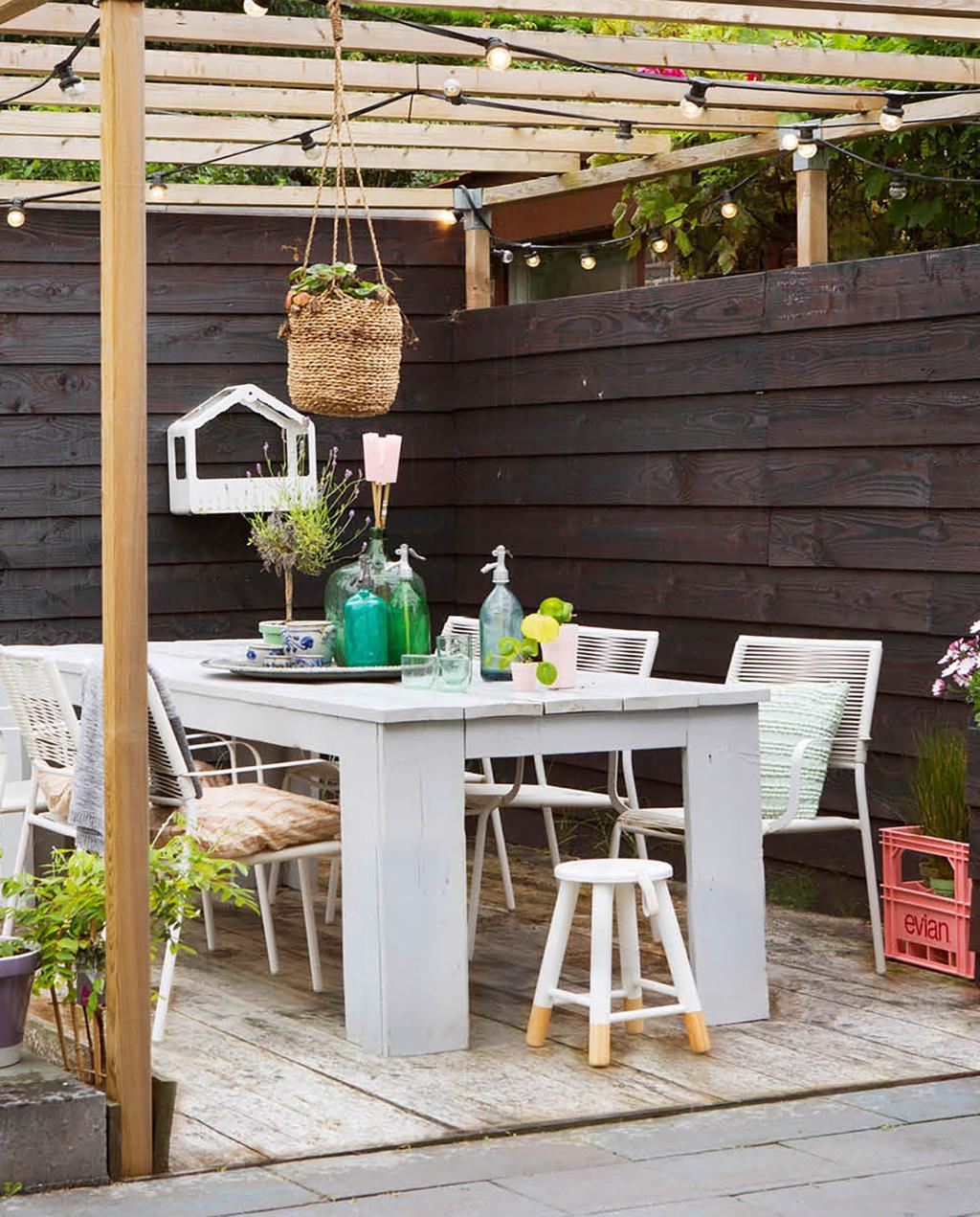 vtwonen 06-2018 | woonark in amsterdam met tuin met witte tafel en overkapping