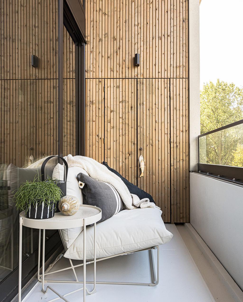 vtwonen 04-2021 | balkon met bank buiten
