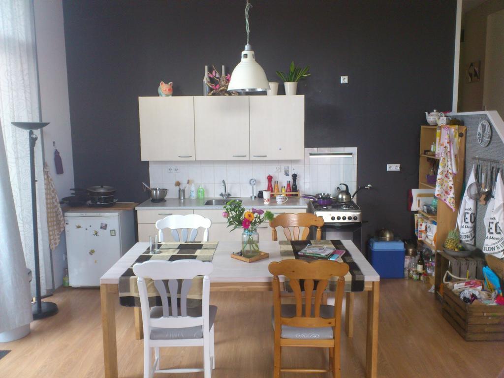 een-verzameling-van-oud-en-nieuw-met-hier-en-daar-wat-kleur-accenten-en-deze-keuken-is-zeker-een-keuken-dat-leeft-er-komt-soms-wat-bij-en-gaat-wat-weg-maar-de-basis-is-goed