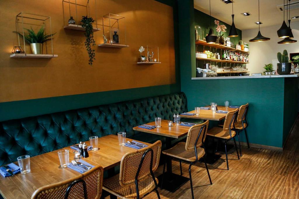 restaurant fons met blauw geel interieur en houten tafels