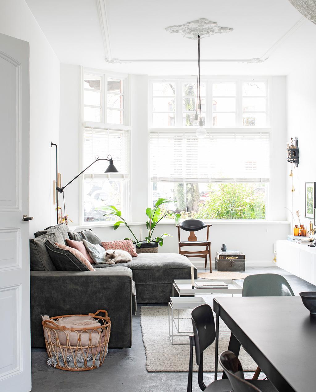vtwonen 02-2021 | woonkamer met grijze hoekbank in een monumentaal pand moderne allure | klushuis