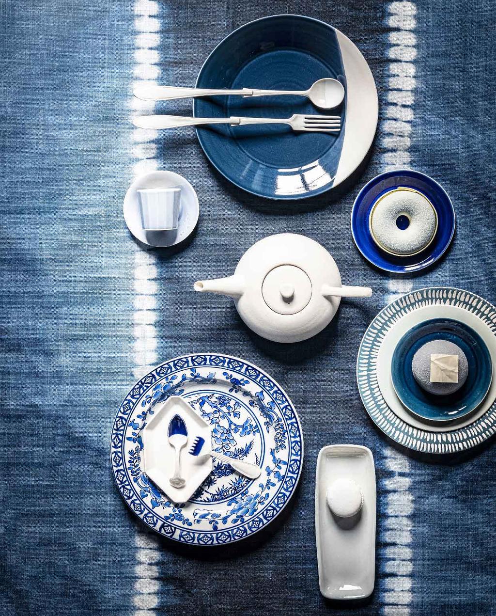 vtwonen 07-2020 | styling blauw eilandhoppen blauw met wit servies op tafel met blauw tie dye tafelkleed