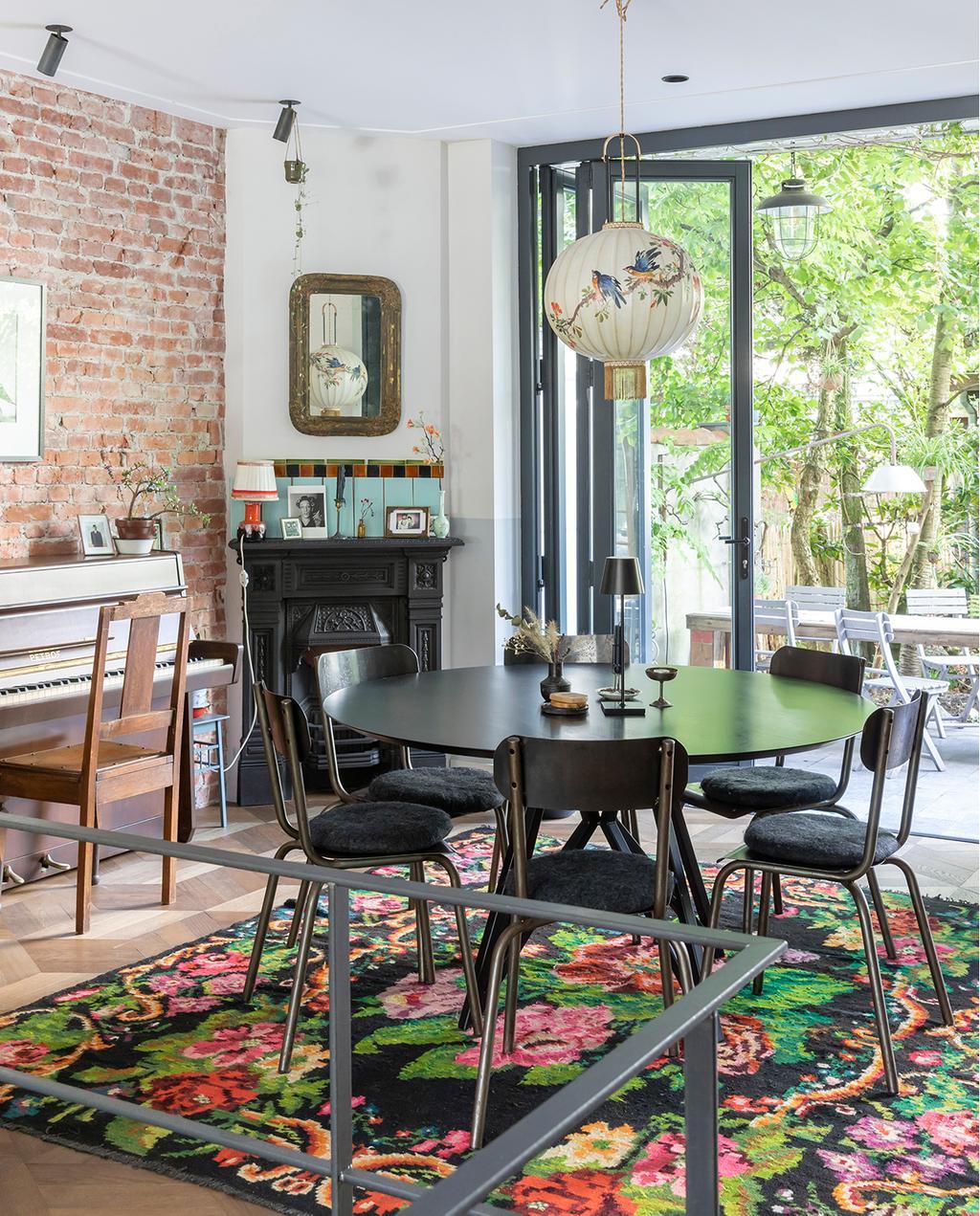 vtwonen 04-2020 | leefkamer met eettafel en stoelen met doorkijk richting de tuin Amsterdam