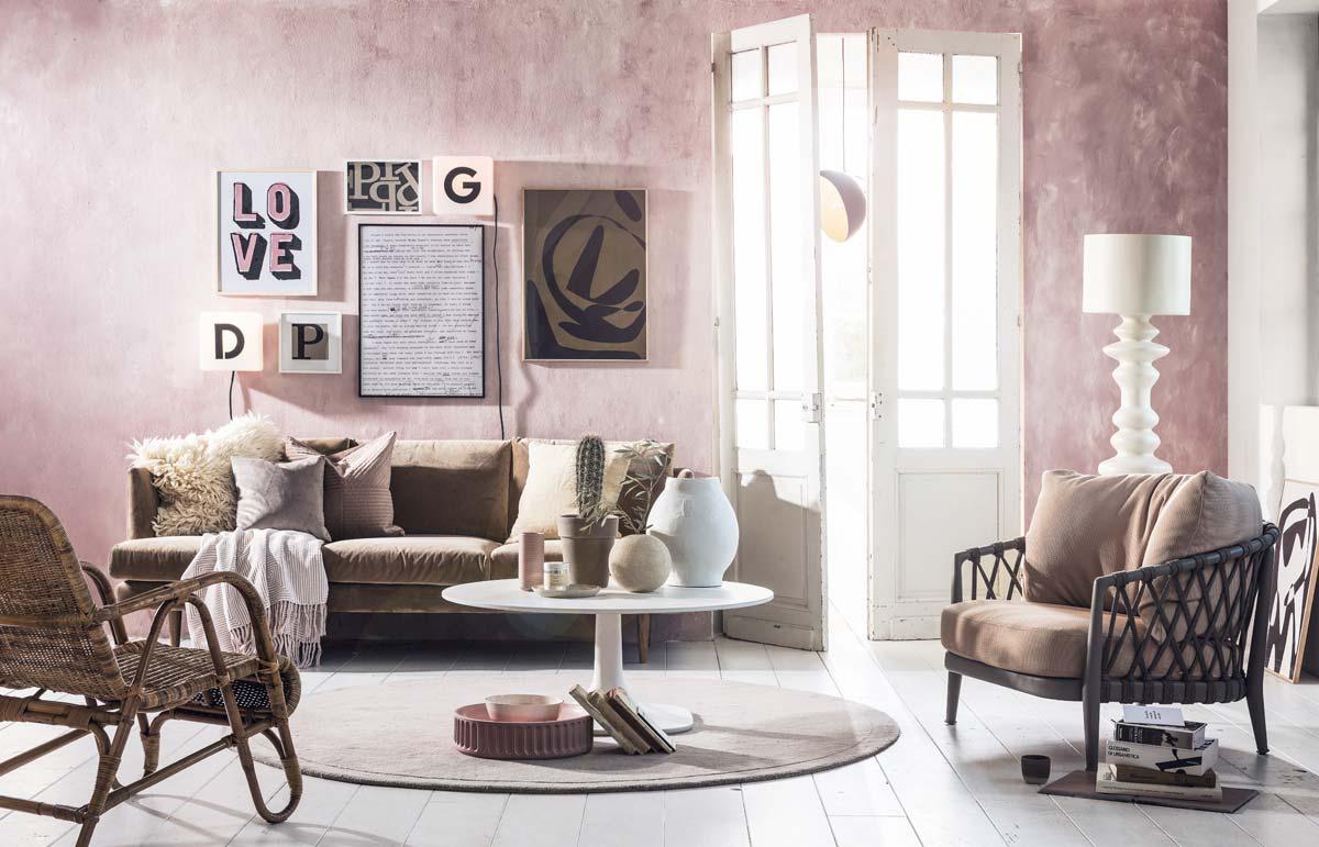 Woonkamer met roze muur en letters als muurdecoratie