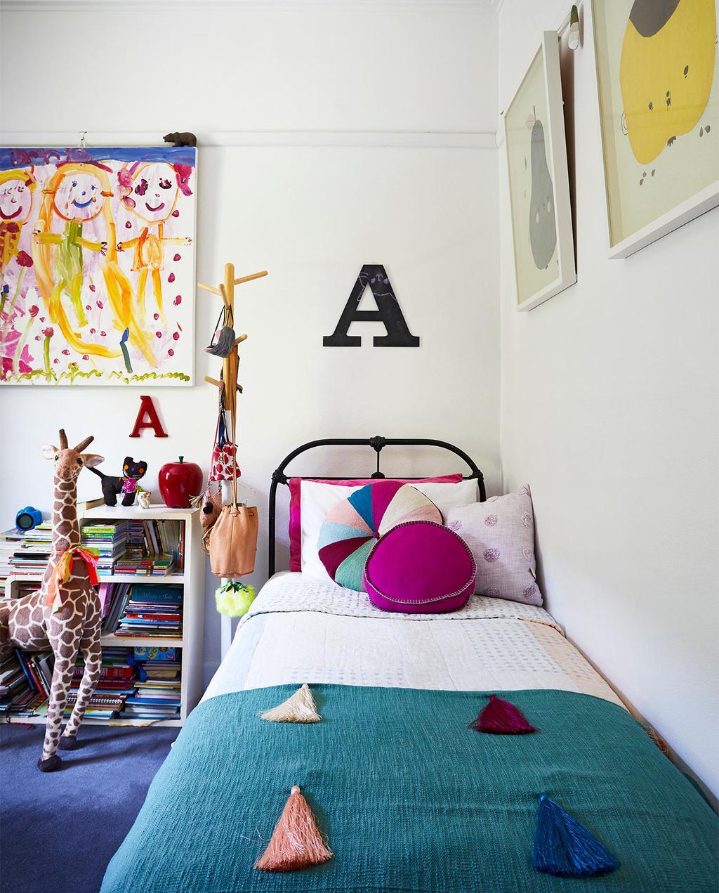 vtwonen binnenkijk special zomerhuizen 07-2021 | kinderkamer met blauw dekbedovertrek op het bed