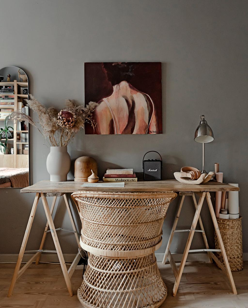 vtwonen 05-2021 | houten bureau met rotan stoel en droogbloemen