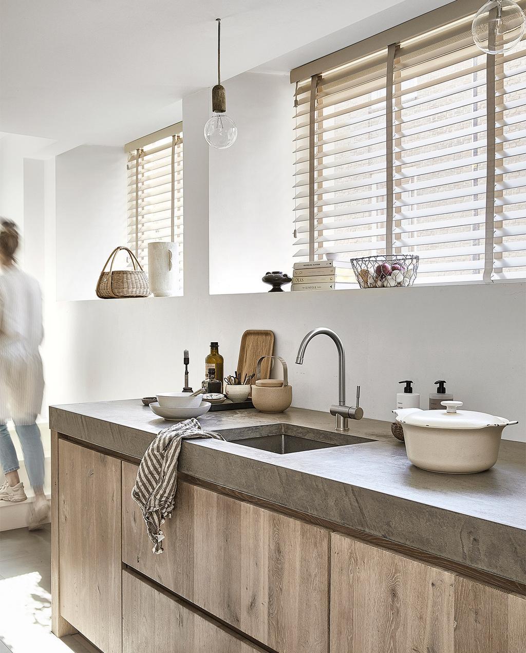vtwonen 09-2021 | jaloezieën in lichte kleur bij houten keuken