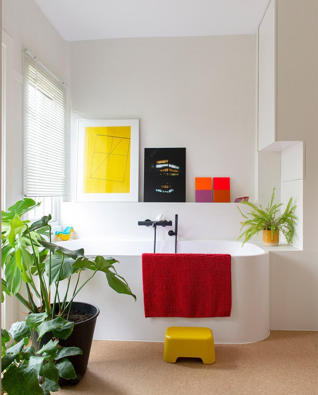 vtwonen 07-2021 | badkamer met primaire kleuren, met een rode badmat en planten