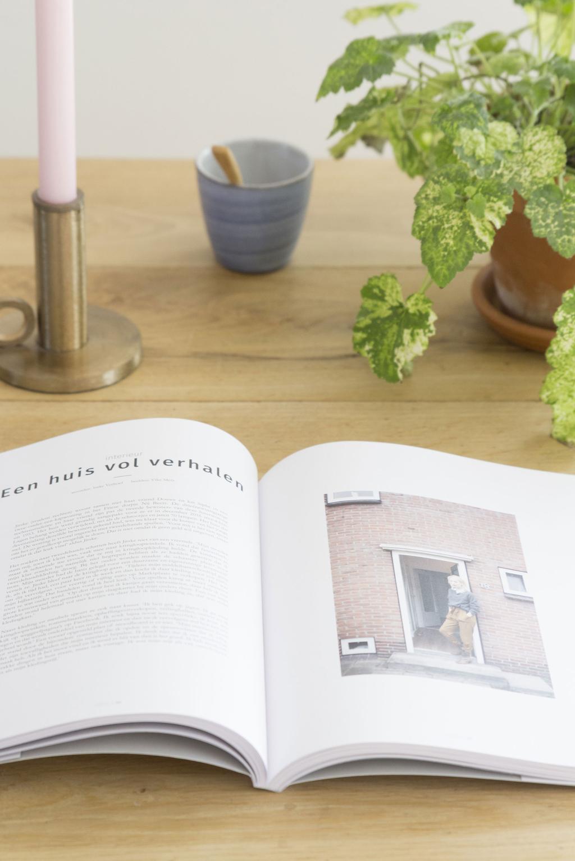 Opengeslagen LIEFKE magazine op tafel