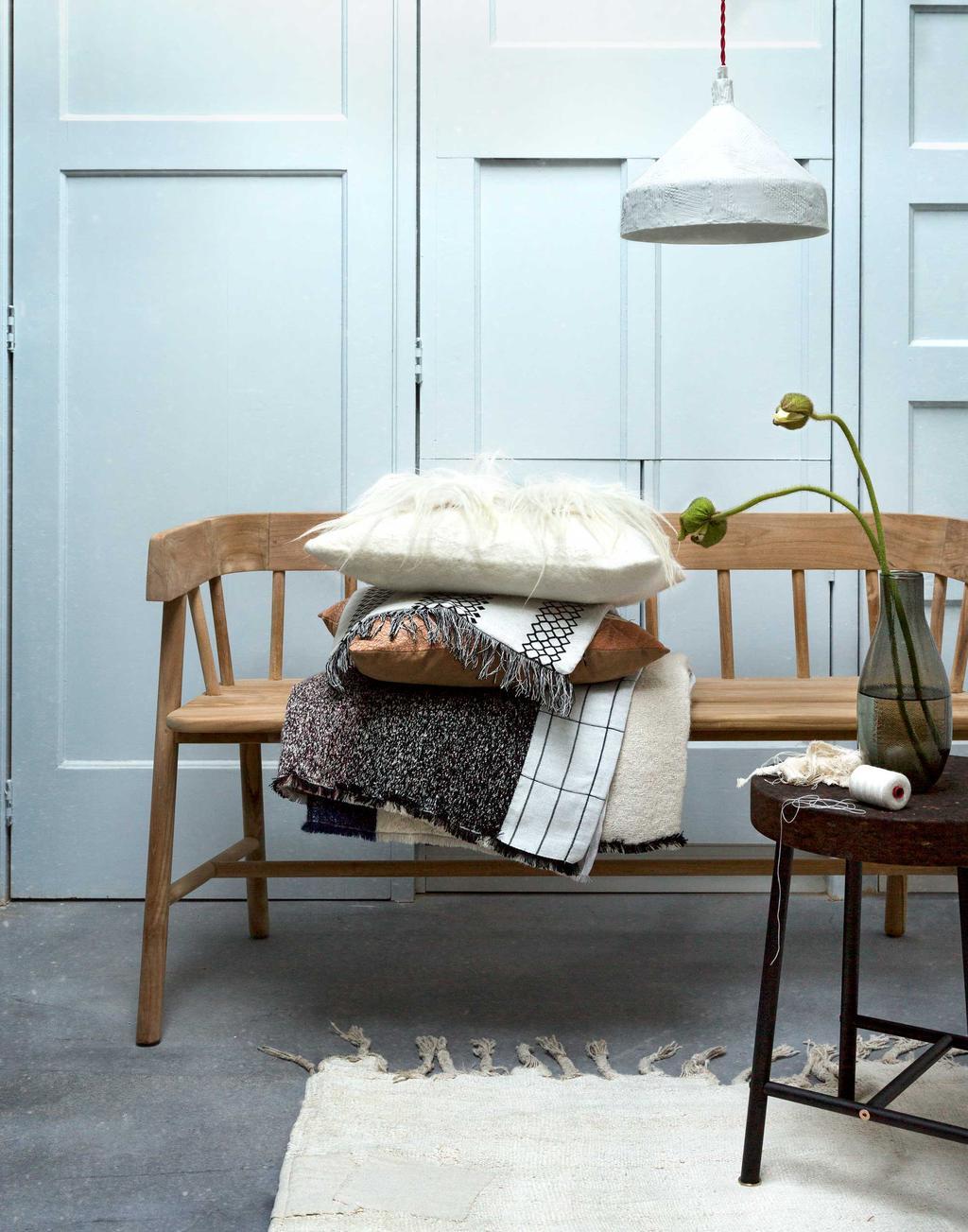 Een houten bankje in een woonkamer doet het altijd goed