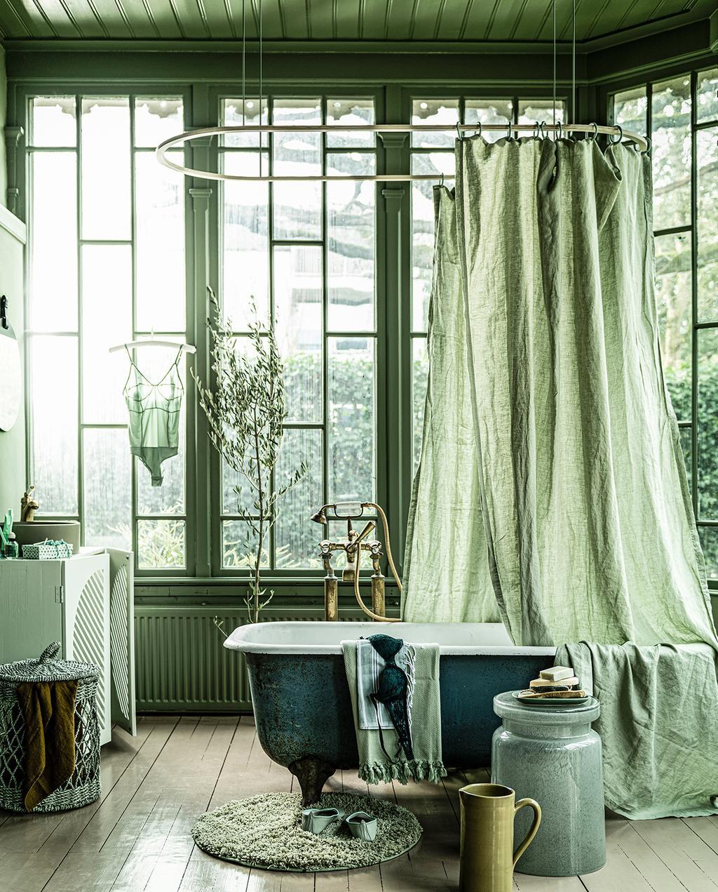 vtwonen 04-2020 | glazen serre met badkuip en groene tinten