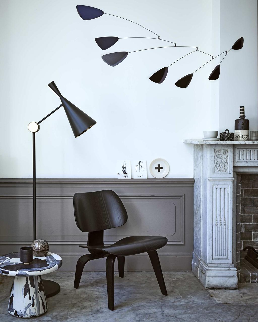 Kunst in huis met zwarte en grijze tinten en een schouw