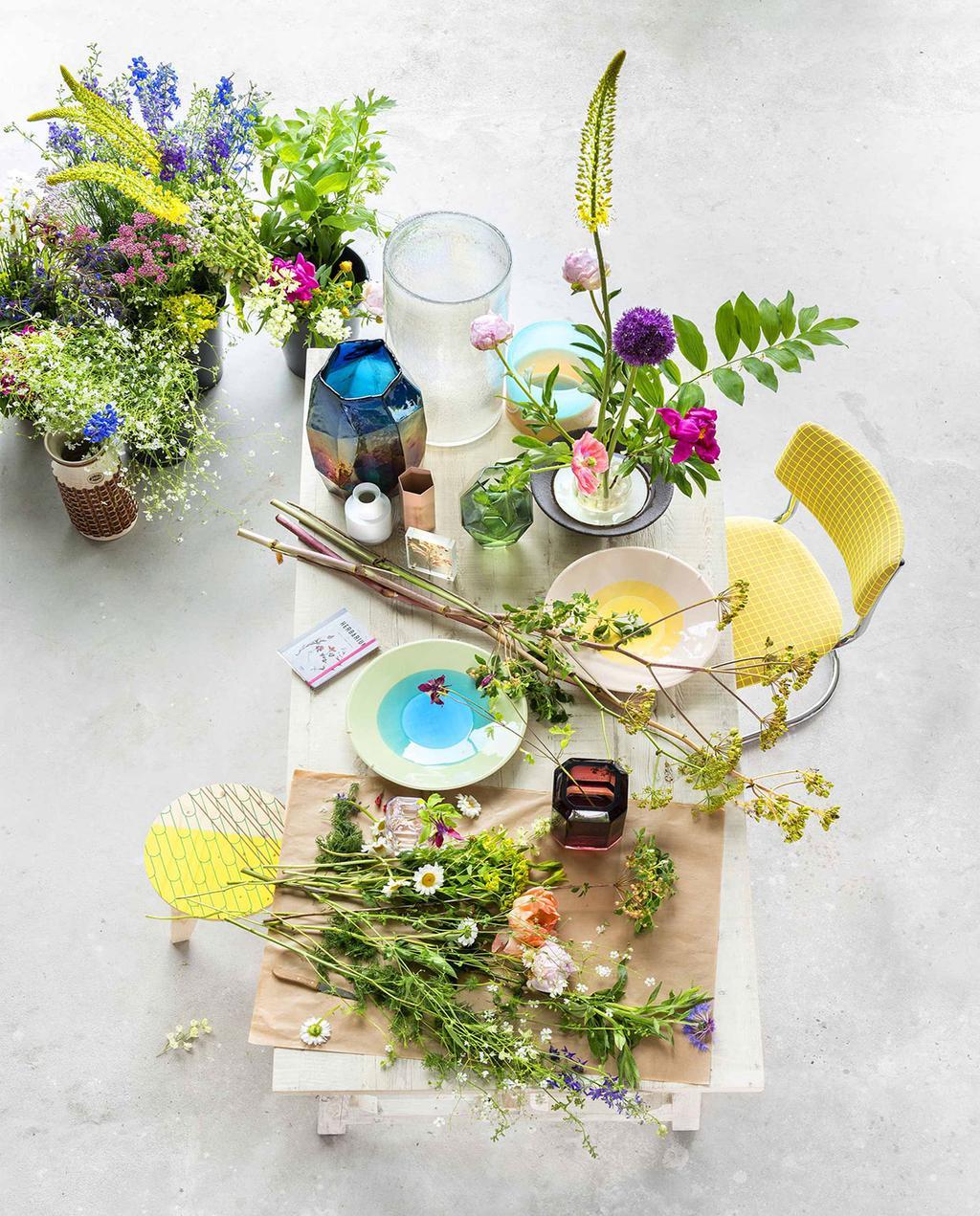 vtwonen 08-2016   zomerse bloemen op tafel kleurrijk