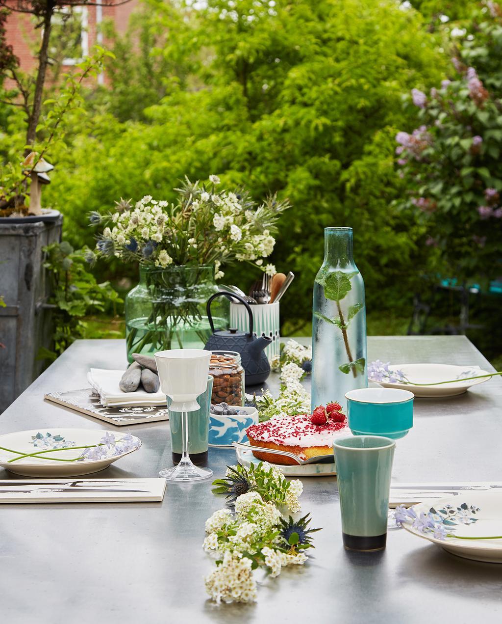 vtwonen tuin special 1 | gedekte eettafel buiten met uitzicht op de tuin Kopenhagen