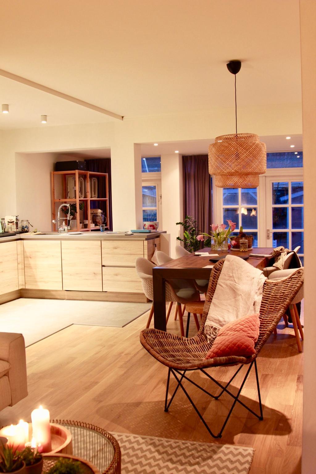 de-keuken-vanuit-de-woonkamer-zoals-je-kunt-zien-is-de-keuken-een-centrale-plek-in-ons-huis