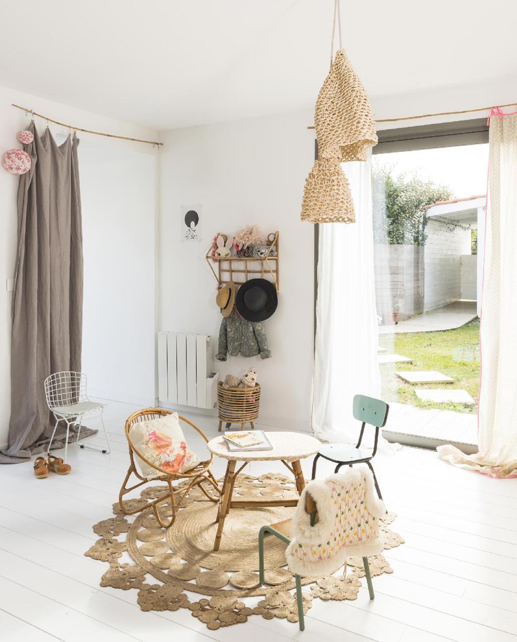 vtwonen 09-2015 | binnenkijken biarritz kinderkamer speelhoek met vintage meubels