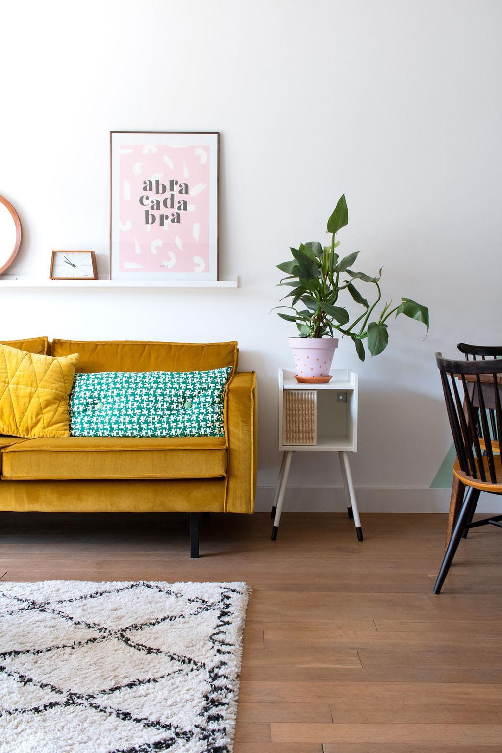 Kattenhuis en plantenstandaard in de woonkamer