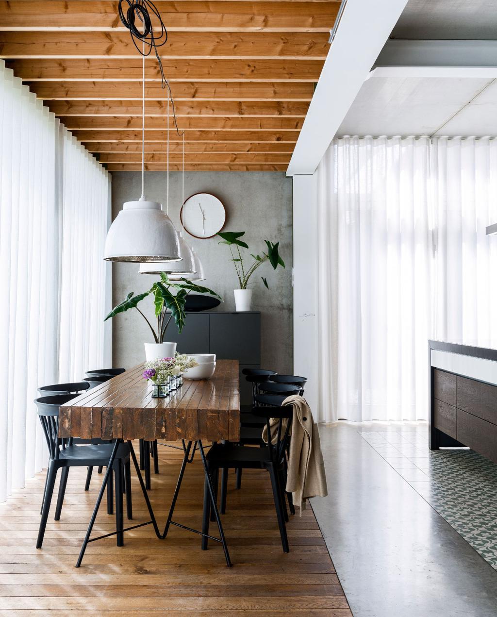 vtwonen 07-2020 | binnenkijken in Weert industriele keuken met rvs kookeiland en zelfgemaakte houten eettafel