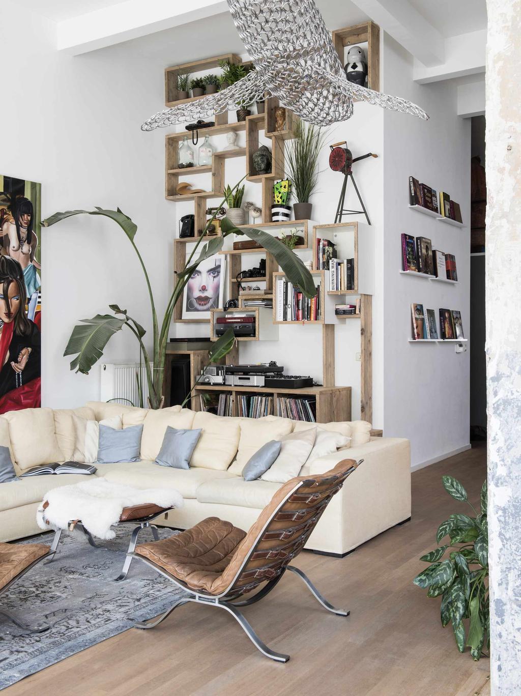 woonkamer met hoge houten kast