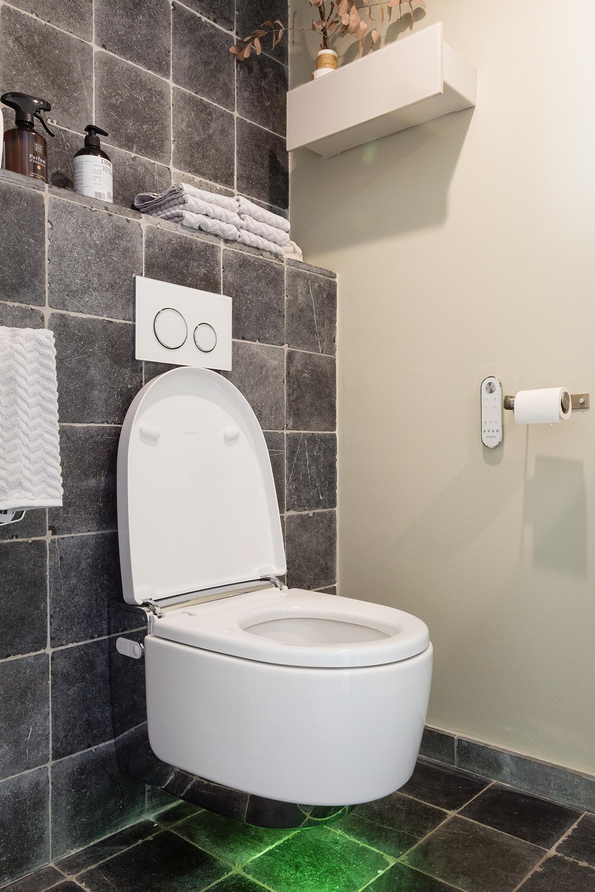 Geberit toilet met verlichting op wc met zwarte tegel