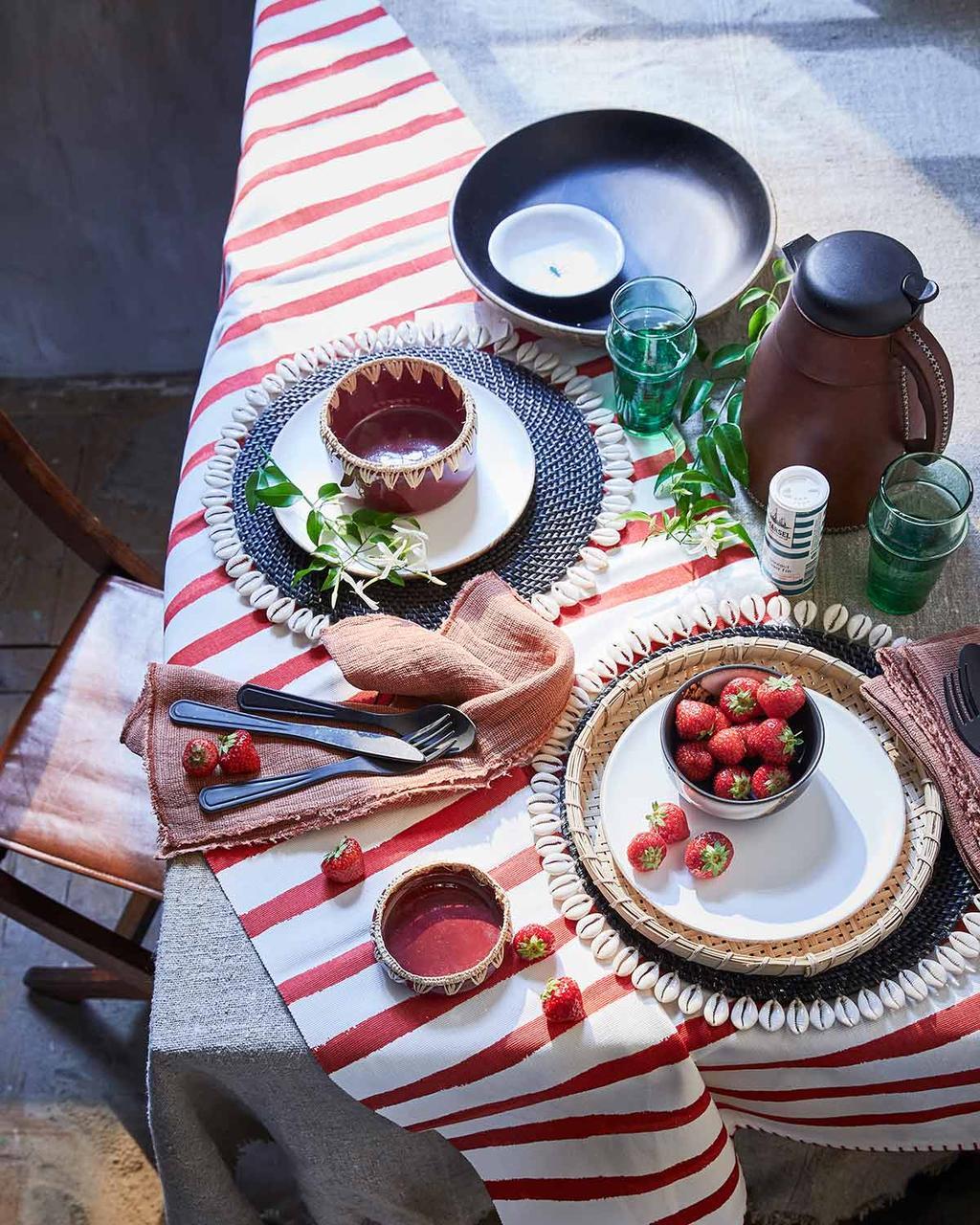 Rood-wit gestreepte loper met zomers servies