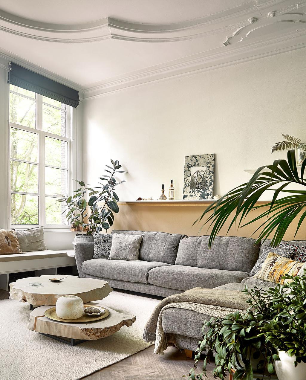 vtwonen 06-2021 | grijze bank in de woonkamer met een plafond met detail