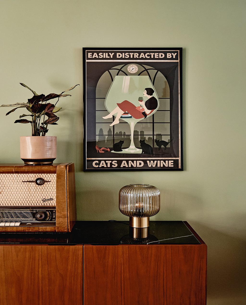 vtwonen 02-2021 | retro kast met vintage radio en schilderij