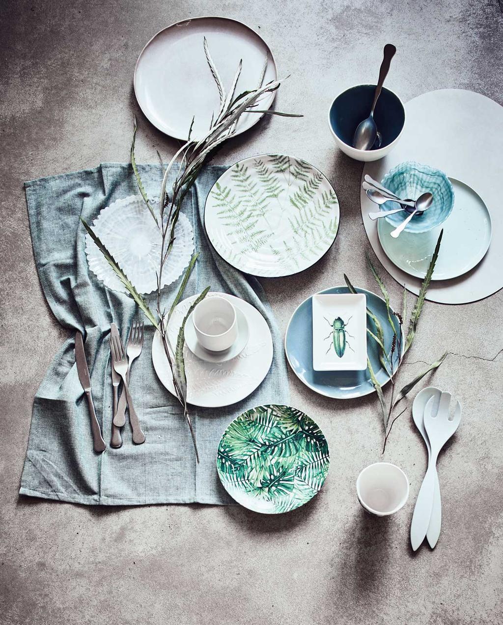 vtwonen | blauw servies en borden met palmprint