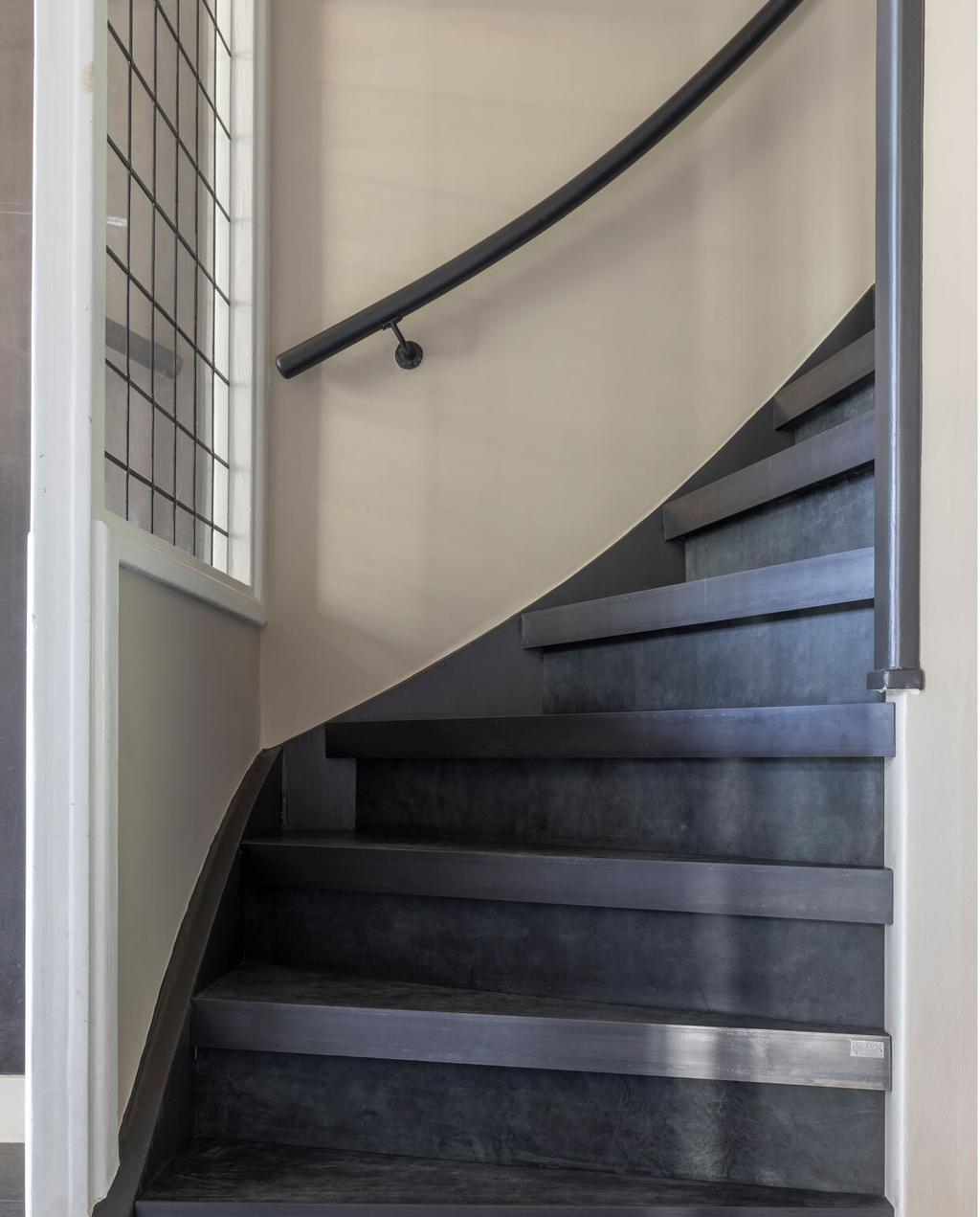 vtwonen upstairs trap met zwart leren bekleding