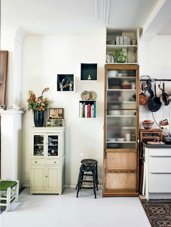 Een keuken met verschillende kasten