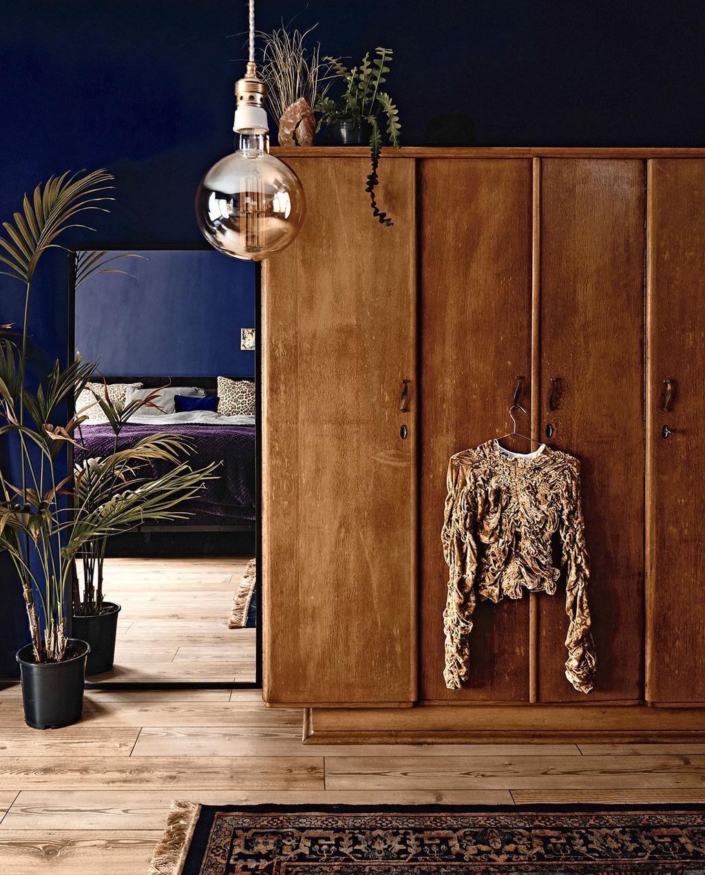 vtwonen 06-2021   houten kast met grote spiegel in de slaapkamer