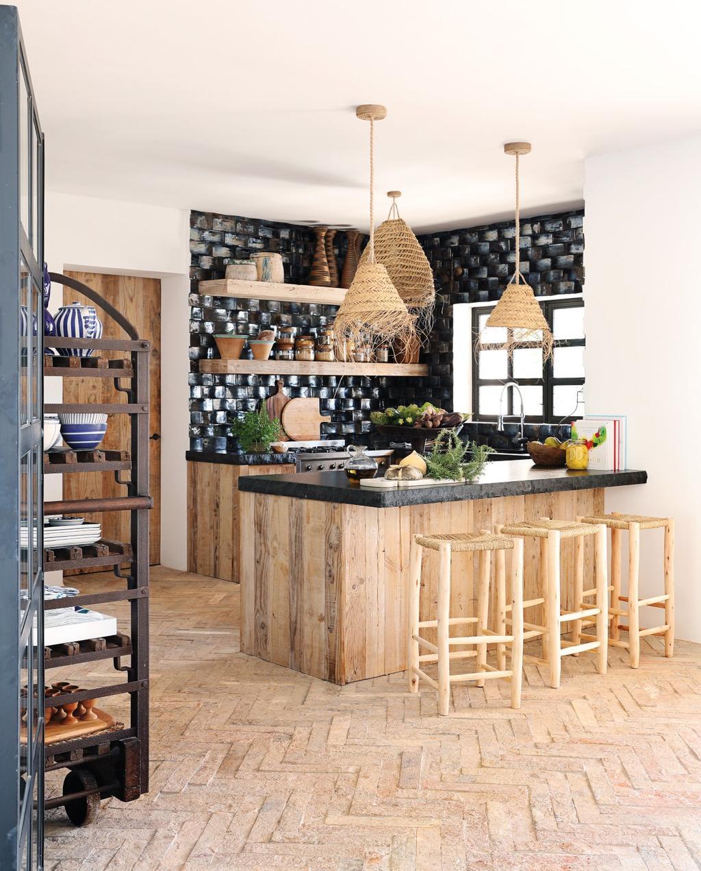 vtwonen 08-2020 | bk buitenland ibiza keuken met zwarte tegels en houten kookeiland
