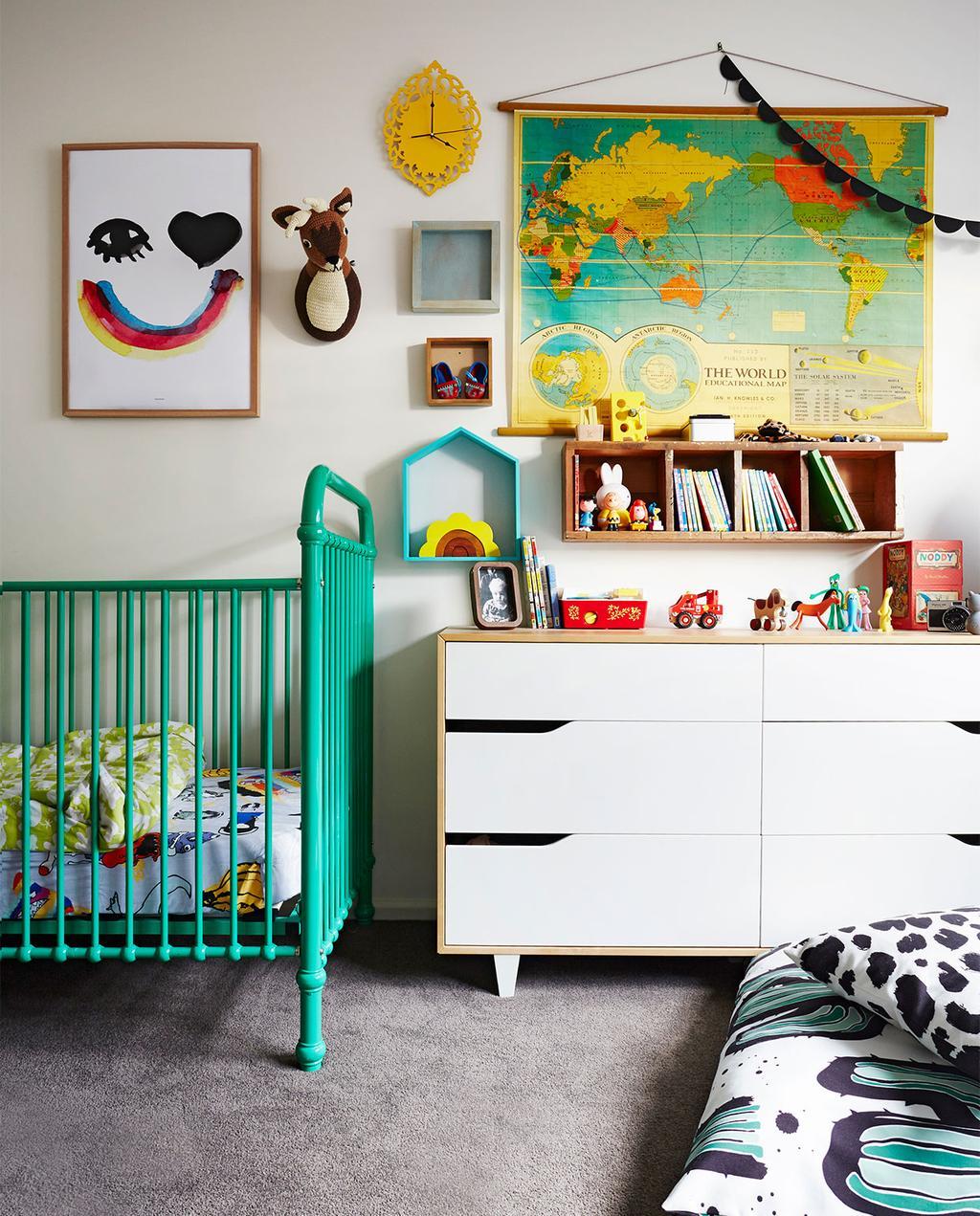 vtwonen binnenkijken special 07-2021 | kinderkamer met groene wieg en witte commode