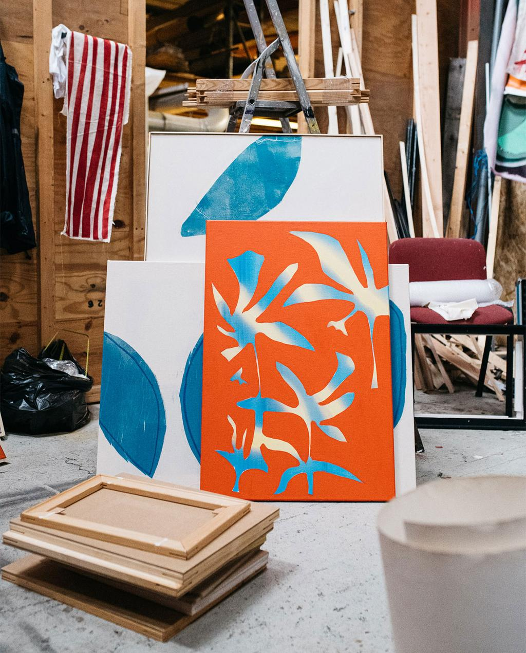vtwonen 02-2021 | oranje en blauw schilderij