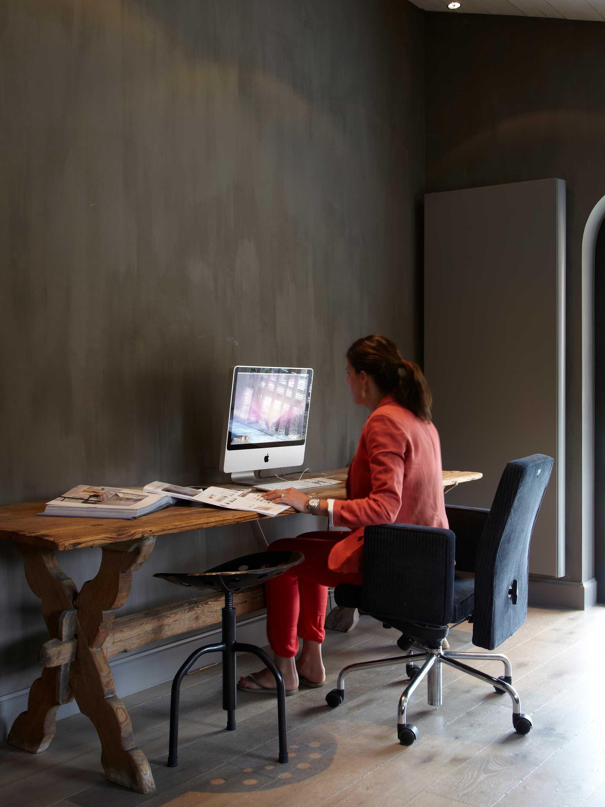 landelijk werken bureau tafel stoel wieltjes kalkverf