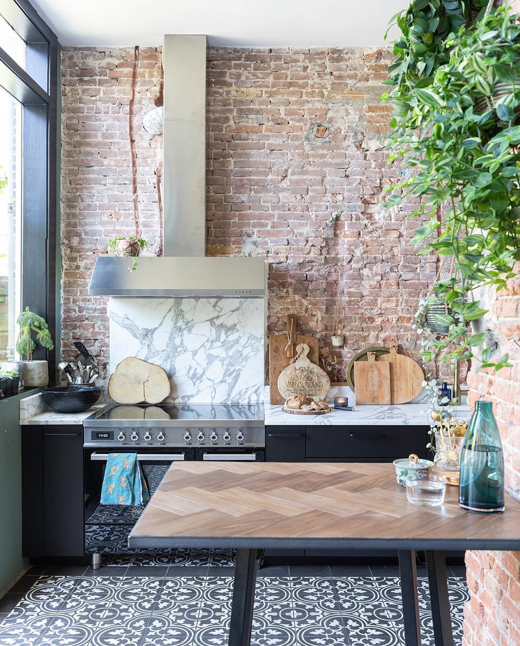 vtwonen 01-2021 | binnenkijken bij interior junkie keuken met marmer en houten snijplanken