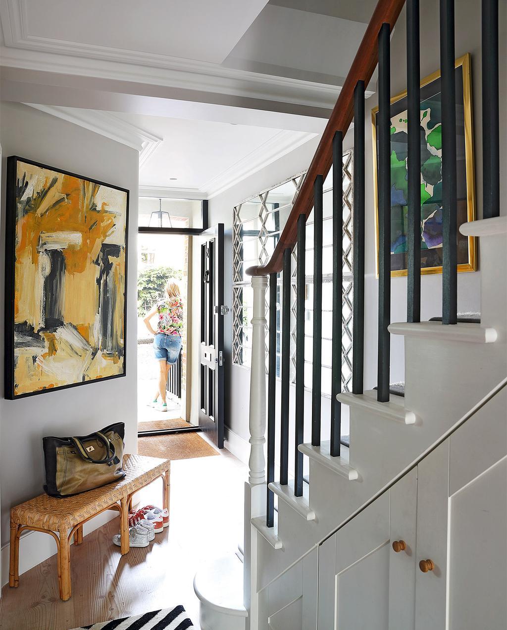 vtwonen casas especiais de verão 07-2021 |  escada no corredor com obras de arte