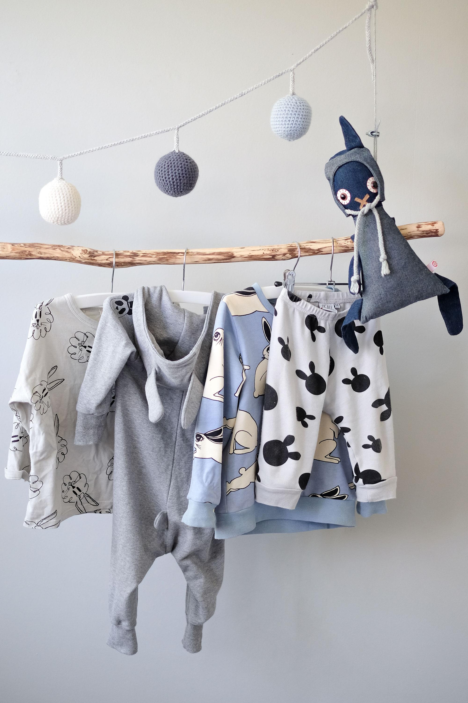 Kinderkamer met kleding en konijn
